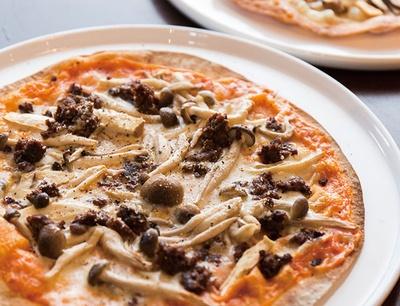 ヒシミツ / 自家製の窯で焼くピザは食べ放題。クリスピータイプの薄焼きだ
