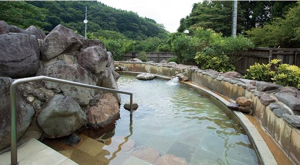 英彦山温泉 しゃくなげ荘 / 雄大な障子ヶ岳を満喫してもらうため、あえて屋根を作っていない