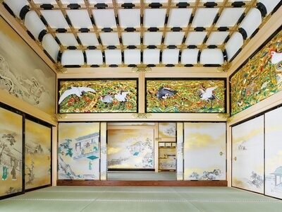 狩野派の絵師たちの手による襖絵や天井板絵、彫刻欄間、飾金具などで彩られ、贅の限りを尽くしていた「上洛殿」