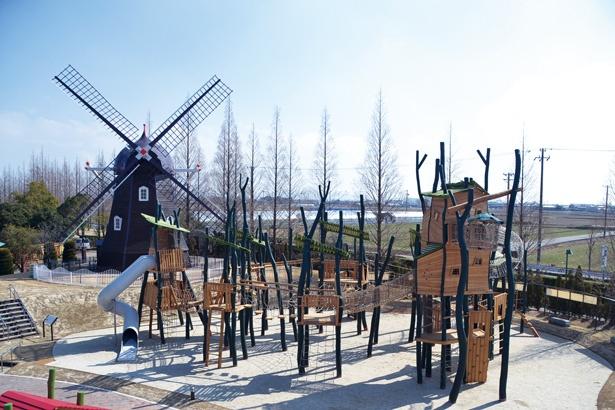 天然木の質感を生かしたドイツ製の大型木製遊具「リーチ・フォー・ ザ・スカイ」。全身を使って遊べる