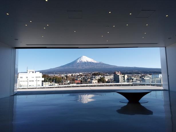 【写真を見る】展望ホール(展示棟5階)は絶好の撮影スポット!周辺の建物に遮られることなく、富士山を見渡せる