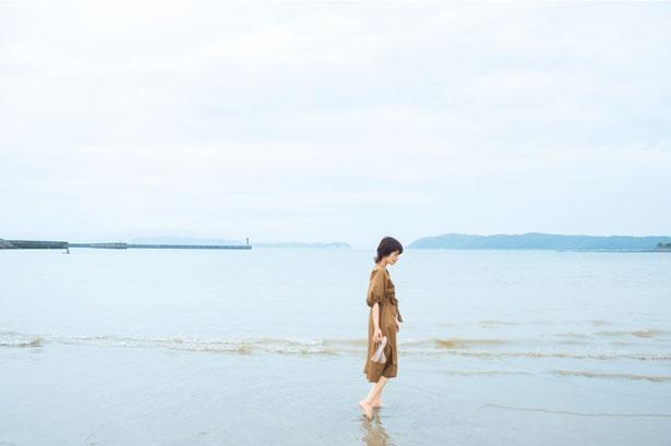 静かな波が漂う加太の海。沖へ向かって少し歩けば、小さな魚たちを見付けることも/加太海水浴場