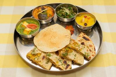 【写真を見る】インド料理レストラン、シターラ・ダイナーの「ベジ ターリーセット」(1650円)