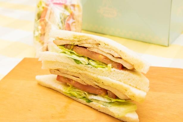 サンドウィッチカフェ おいしいメルヘン。のタイ風チキンサラダサンド(パクチー入り)/475円