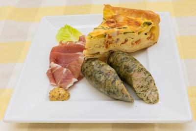 「パクチーソーセージと夏野菜キッシュのワンプレート」(850円)