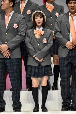 吉本坂46の制服を着た三秋里歩さん