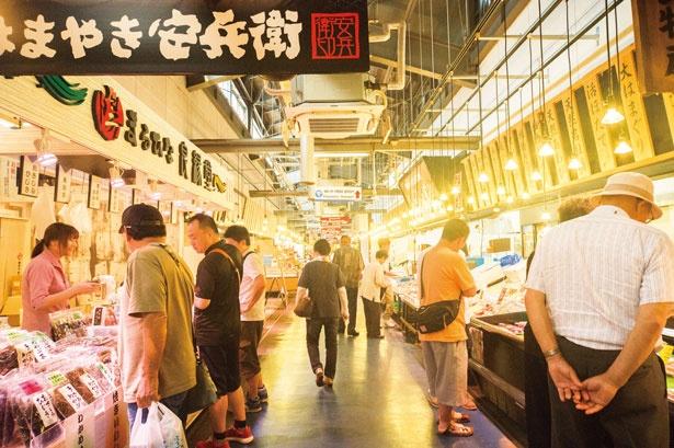 地元客や観光客で活気のある日本海さかな街は歩くだけで楽しい/日本海さかな街