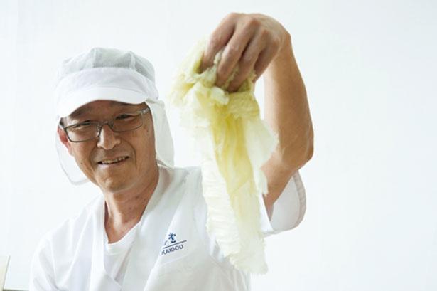 店主の増井さんが削る昆布はふわふわ/増井弘海堂