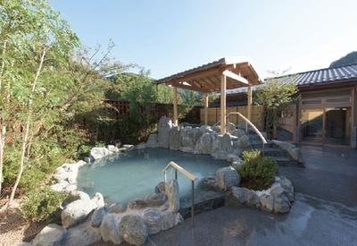 【写真を見る】京王高尾山温泉「極楽湯」。地下約1000メートルから湧き出る天然温泉は美肌の湯とも