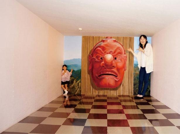 高尾山トリックアート美術館に展示されている「高尾山・天狗さまの魔力」。錯視を利用したトリックアート
