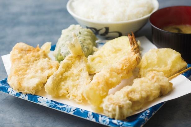 天ぷら だるま 吉塚本店 / 「ミックス定食」(900円)。キス、ホタテ、小エビ、豚肉に野菜3種。カツオダシが効いた上品な天ツユで。白飯と味噌汁が付く