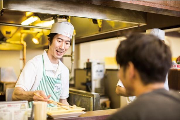 天ぷら だるま 吉塚本店 / 3代目となる末次誠吾さん。父と共に暖簾を守る。「キノコ類など秋の天ぷらもありますよ」
