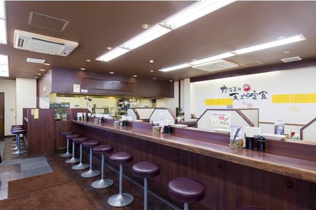 天ぷら だるま 吉塚本店 / 揚げ場の前が特等席。ファミリーに人気のボックス席もある