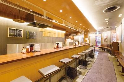 博多天ぷら たかお キャナルシティ店 / 店内のBGMはジャズ。キャナルシティ店は外国人の利用も多い。入口で辛子明太子の販売も行う