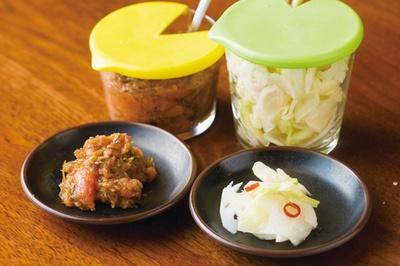 博多天ぷら たかお キャナルシティ店 / 卓上の総菜は昆布明太と浅漬け。明太子は熟成した真子を使用