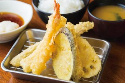博多天ぷら たかお キャナルシティ店 / 「たかお定食」(980円)。豚肉、エビ、魚介2種類、野菜3種類の定食。福岡「ジョーキュー醤油」をベースにした天ツユ、岩塩で食べる