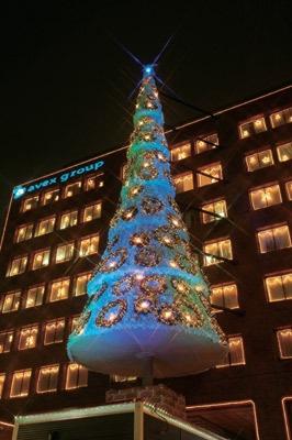 青く輝くクリスマスツリー