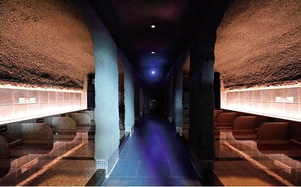 【写真を見る】「照葉スパリゾート」の岩盤房「蒼の洞窟」は神秘的な空間。立ち込めるスチームが発汗とデトックス効果を高める