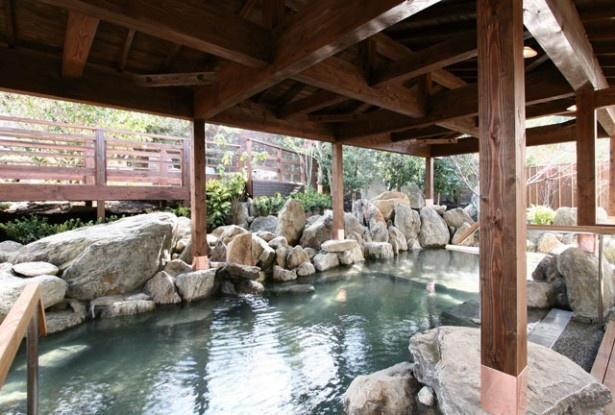筑紫野温泉 Amandi / 温泉の醍醐味を感じる和風風呂には、露天エリアに2つ、内湯エリアに4つの湯舟が備わる