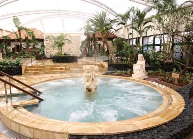 筑紫野温泉 Amandi / ジャグジー風呂をはじめリゾート感満載のバリ風風呂は6種。南国の楽園をイメージした豊かな緑の木々も開放感を高めてくれる