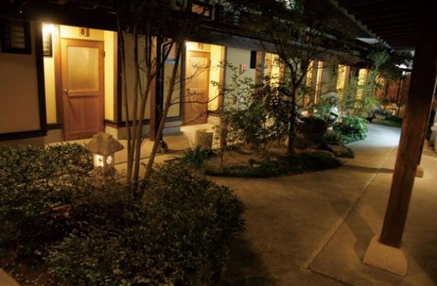 家族温泉 華の湯 / 手入れの行き届いた中庭を囲むように貸切り湯が並んでいる
