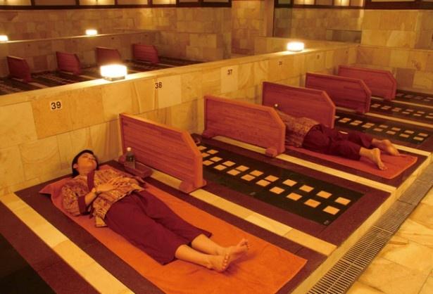 筑紫野温泉 Amandi / 岩盤浴の石板は峰蘇石をベースにトルマリンとゲルマニウムを使用。ゆっくりと体を芯から温め、癒してくれる