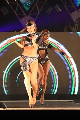 セクシーなダンスを披露するCYBERJAPAN DANCERS