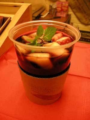 甘くておいしい!フルーツが浮かぶサングリア