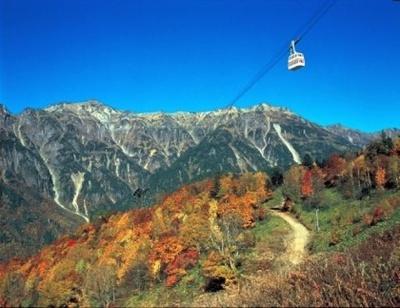 鮮やかな紅葉で彩られた北アルプスの山々
