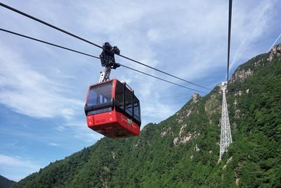 【写真を見る】観光リフトを利用すれば、楽々と頂上まで登ることができる