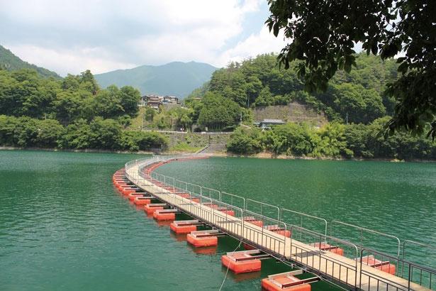 湖上に浮かぶ「麦山の浮橋」は奥多摩湖の名物の一つ。紅葉を水面から見られる