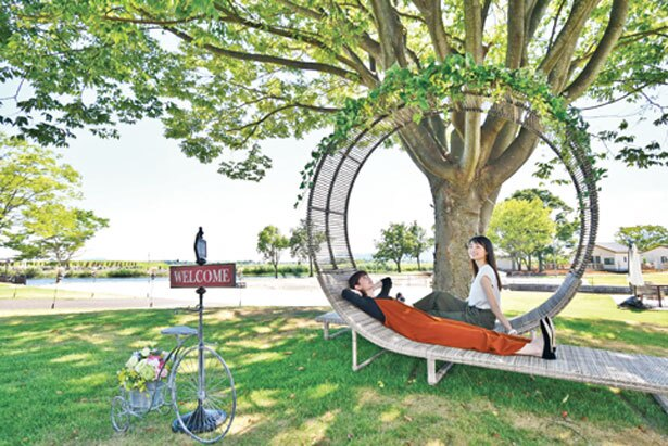 場内にはユニークなソファーやベンチ、芝生広場もあり/STAGEX高島