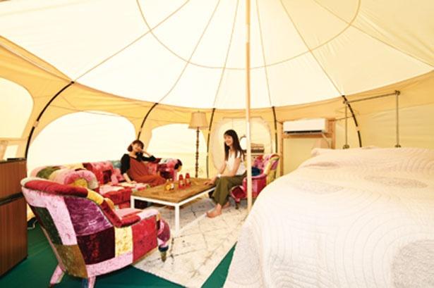 広々とした直径約5mのロータスベルテントに60平方メートルのウッドデッキを備えた全6サイトの宿泊グランピングテント/STAGEX高島