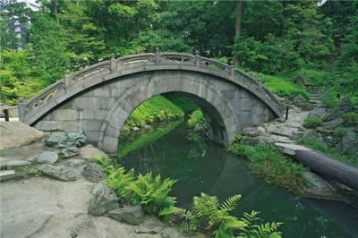 小石川後楽園の円月橋は、水戸光圀が厚くもてなしていた明の儒学者が設計したとされている、半月型の石橋