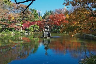 日比谷公園の雲形池。都市公園の噴水では日本で3番目に古いとされる、鶴の噴水が特徴的だ