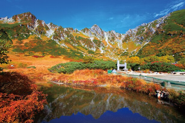 紅葉をながめながら登って行くと、山頂で御嶽山や北アルプス、南アルプスから富士山まで、 360度の大パノラマを堪能できる
