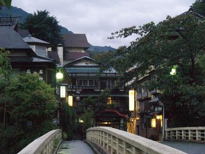 箱根の玄関口として栄える箱根湯本。周辺には40軒の宿泊施設がある