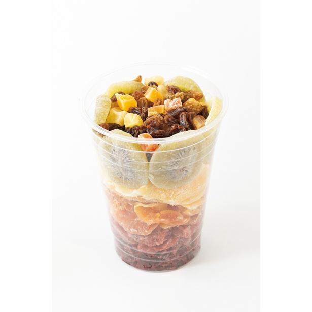 大きい果物を先に入れて、隙間にナッツなど小さいものを詰めるのがコツ!