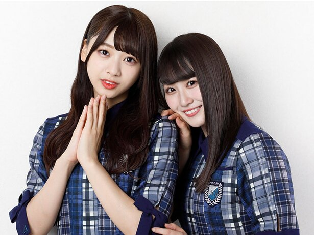 写真左から、由比鶴乃役の富田鈴花、二葉さな役の潮紗理菜