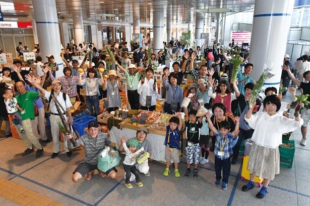 「オアシス21 オーガニック ファーマーズ朝市村」は、出店者は若い世代が多くにぎやか。就農サポートも行う