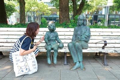 ベンチに座る親子の像(久屋大通公園)