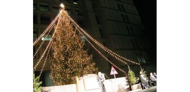 大阪市役所前の「ザ・ワールドリンキングツリー」が点灯!