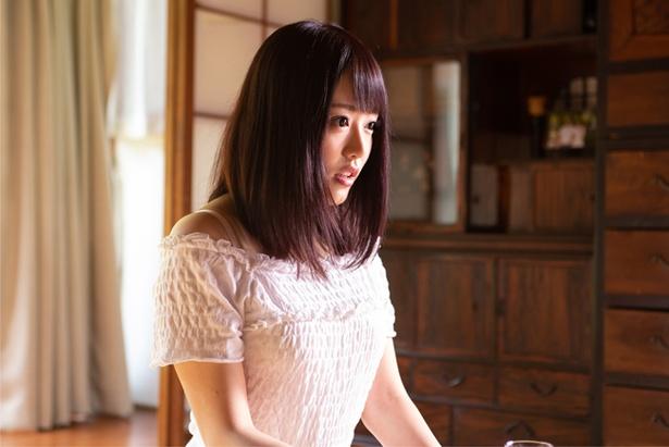 浜崎真緒主演の『怪談 呪いの赤襦袢』は『発狂する唇』(00)の佐々木浩久監督によるホラー