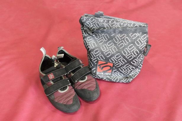 シューズ、滑り止めチョークもセット。シューズは靴のサイズより小さめを選ぶのがコツ