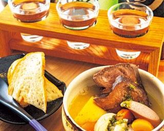 「牛TANNI(大)」(1058円、手前)、「京の地酒三種盛り」(1058円、奥)/京都立呑 きよきよ
