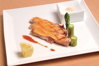 「Marche de Ginza」の「熊野地鶏のグリル岩戸の塩と国産レモンで」(1250円)