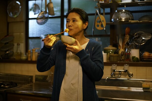 女性たちに料理を振る舞う雑文筆家の餅月敦子を演じる小泉今日子