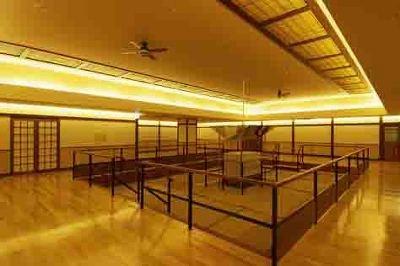 広いスペースで開放的な「麦飯石浴」ゾーン