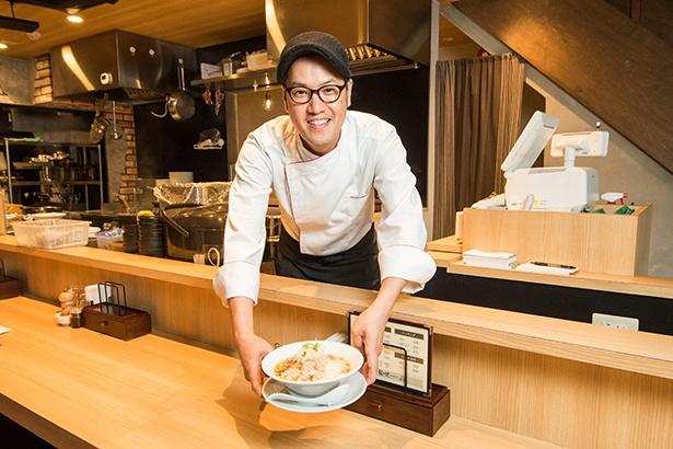 【写真を見る】「中華そば」(750円)を差し出す店主の宮原健輔さん。「『鳴龍』とは違ったコンセプトで、何度食べても飽きのこない一杯を作り上げました」