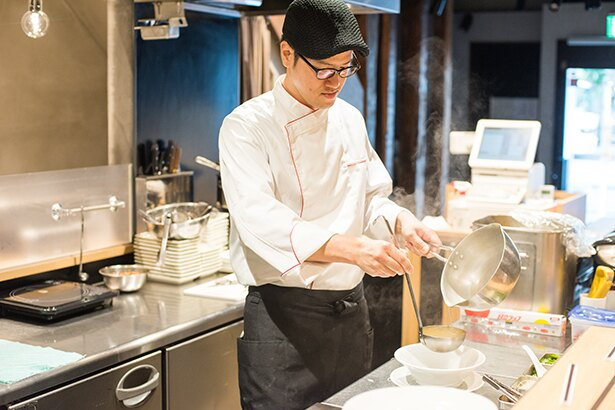 「鳴龍」で研修も積んだ店主の宮原さん。ラーメン作りはもちろん、調理着とハンチング帽も齋藤シェフのスタイルを踏襲する
